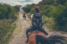 Rutas a caballo en Chiclana: Rutas a la playa. Estamos situados al lado de la playa de La Barrosa que cuenta con 8 kilómetros de arena fina y blanca.  Le ofrecemos paseos por la playa a caballo, donde podrá disfrutar de una de las maravillosas puestas de sol de esta tierra gaditana. Su duración es aproximadamente de dos horas.  Hay que estar 15 minutos antes de la hora de la salida. No hace falta haber montado con anterioridad.Rutas al pinar.  Chiclana es una ciudad de contrastes y además…