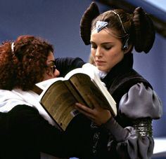Natalie Portman on Star Wars set reading a book