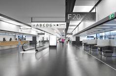 Skylink Flughafen Wien /// Der sichelförmige Terminal «Skylink» bildet das Kernstück des neuen Flughafens Wien. Die langgestreckten, geschwungenen Gebäude sind die übersichtliche Schnittstelle zwischen bestehenden Gebäudekomplexen, der Flughafenstadt und den Piers. «Skylink» übernimmt die Funktion einer ordnenden Grossstruktur, die für die Passagiere zugleich eine klare Orientierung und ein Flughafenzentrum schafft. Foto: © Roman Boensch, Wien | IttenBrechbühl