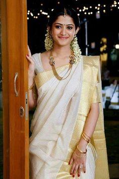 A traditional kerala saree; with mullapoo (jasmine flowers) and simple gold jewellery. mostly for the mallu in me :) Indian Bridal Sarees, South Indian Sarees, South Indian Bride, Indian Saris, Kasavu Saree, Lehenga Choli, Silk Sarees, Kanchipuram Saree, Indian Attire