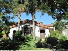 Love this Spanish bungalow. I'd paint that front door something bright and cheery Spanish Revival Home, Spanish Bungalow, Spanish House, Mexican Style Homes, Spanish Style Homes, Mexican Hacienda, Hacienda Style, Facade House, Atrium House