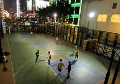 Basketballplatz zwischen zwei Hochhäusern, Hong Kong