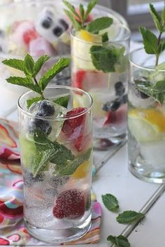 Spritzers w/Fruit Ice Cubes. I love these fruit ice cubes for so many different beverages. They are perfect in a fruit punch, sparkly in a glass of lemonade! Refreshing Drinks, Summer Drinks, Fun Drinks, Healthy Drinks, Beverages, Healthy Tips, Summer Fun, Non Alcoholic Drinks, Cocktail Drinks