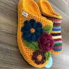 Olha que Perfeição diz a lenda de quem - Diy Crafts Crochet, Crochet Geek, Crochet Woman, Easy Crochet, Crochet Baby, Crochet Projects, Knit Crochet, Crochet Sandals, Crochet Boots
