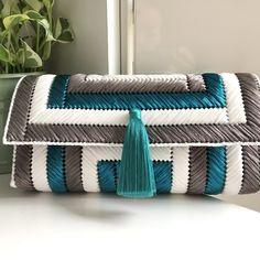 Diy Bags Easy, Simple Bags, Diy Handbag, Diy Purse, Plastic Canvas Crafts, Plastic Canvas Patterns, Crochet Furniture, Diy Bags Purses, Embroidery Bags
