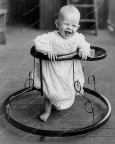 1905 - Baby in walker - Cute! (vintage lady, edwardian era, children, child care inventions, old photo) Vintage Pictures, Old Pictures, Vintage Images, Old Photos, Antique Photos, Shorpy Historical Photos, Foto Poster, We Are The World, Interesting History