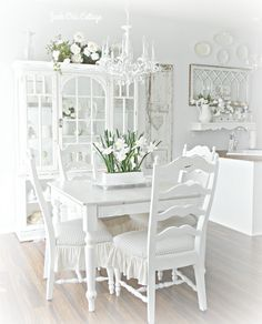 You will enjoy Kris' beautiful… Shabbilicious Sunday visits Junk Chic Cottage. You will enjoy Kris' beautiful… Casas Shabby Chic, Vintage Shabby Chic, Shabby Chic Style, Shabby Chic Homes, Shabby Chic Decor, Vintage Room, Rustic Style, Shabby Chic Dining Room, Chic Living Room