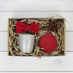 В комплект входит: галстук-бабочка, свеча, кружка керамическая, подарочная коробка, декор.