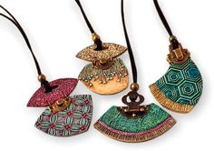 Spain's Fabi Perez Ajates shows off these pendant samples for her new classes. Great shapes and unusual hinges set off her rich textures and colors. Like yesterday's Patti Bannister, Fabi is a mixed media artist who jumps between painting and p [...]