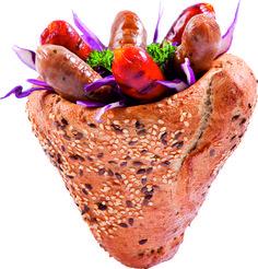 A klasszikus: Frissen sült ropogós kenyértölcsér, helyben grillezett bajor és magyaros kolbászkákkal, ízlés szerint választható öntetekkel