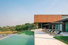 Construção de 900 m² dos arquitetos Paulo e Bernardo Jacobsen: linhas modernistas e alma orgânica