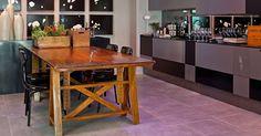 """O Living do Jovem Empresário, criado por Erick Figueira de Mello, possui também uma área dedicada à cozinha. Nessa porção do ambiente, a conformação decorativa é mantida: base cinzenta e um elemento """"quente"""" em madeira amarelada. A 23ª edição da Casa Cor Rio segue até 18 de novembro de 2013, na Av. dos Flamboyants,  500,  Barra da Tijuca - Rio de Janeiro. Outras informações: www.casacor.com.br/riodejaneiro"""