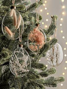 Gold Christmas Tree, Natural Christmas, Christmas Holidays, Christmas Crafts, Christmas Ornaments, Decoracion Navidad Diy, Christmas Tree Decorations, Holiday Decor, Scandinavian Christmas Decorations