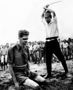 Japanese Officer Chikao Yasuno prepares to decapitate Australian Sergeant Leonard George Siffleet in US troops found this photo on the body of a dead Japanese man in My Uncle John, who had been a Marine in the Pacific in WWII, had a copy of this photo. Ww2 History, History Images, Asian History, World History, Military History, Pearl Harbor, Nagasaki, Hiroshima, Nanking Massacre