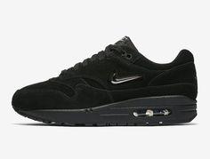 Przed Wami Nike Air Max 1 Jewel, które już za chwilę pojawią się w sprzedaży w wersji Triple Black czy jak wolą inni All Black. Kliknij i sprawdź