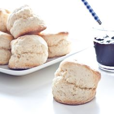 Here is a small recipe scones, ultra fast and simple to perform, i . Desserts With Biscuits, Delicious Desserts, Yummy Food, International Recipes, Sweet Recipes, Love Food, Breakfast Recipes, Sweet Tooth, Cooking Recipes