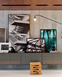 Adoramos quadros apoiados! Seja em móveis ou até mesmo no chão, eles dão um…