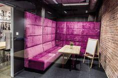 - Różowa sofa w pokoju konferencyjnym PIXERS