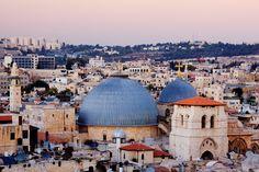 © Jeremy Woodhouse/Getty Images Iglesia del Sagrado Sepulcro, Jerusalén Construida en la vieja ciudad de Jerusalén en el 330 D.C, esta iglesia se encuentra en el lugar donde se cree que Jesús fue crucificado.