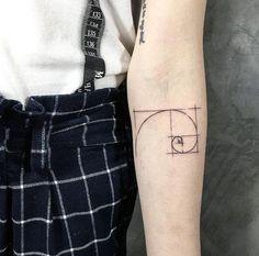 Golden Ratio Tattoo: 30 Ideen des mystischsten Symbols in unserem Universum 10 Tattoo, Body Art Tattoos, Sleeve Tattoos, Cool Tattoos, Shape Tattoo, Tatoos, Fibonacci Tattoo, Kamera Tattoos, Golden Ratio Tattoo