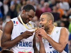 Tony Parker (à droite) et Florent Piétrus semblent ne pas en croire leurs yeux. L'équipe de France a remporté dimanche 22 septembre l'Euro 2013 de basket en battant la Lituanie (80-66) à Ljubljana. Voilà 75 ans que les basketteurs masculins de l'Hexagone attendaient un titre majeur.  (AFP PHOTO JURE MAKOVEC)