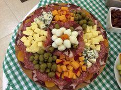 Ingredientes: queijo minas , queijo gorgonzola , ou outros queijos de sua preferência , 20 ovos de codorna cozidos , salame , presunto , azeitonas descaroçadas , damascos secos ,