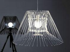 So cool! Lámpara de auténtico diseño hecha a partir de unas viejas perchas. #reciclaje #decoracion #soyeco