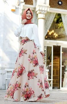Vintage floral printed flowy a-line maxi skirt delightful perk for spring summer styling. opt to slouchy fit cropped top with high-waist skirt for a Pakistani Fashion Casual, Abaya Fashion, Modest Fashion, Fashion Dresses, Fashion Muslimah, Hijab Fashion 2016, Stylish Dresses For Girls, Stylish Dress Designs, Modest Dresses