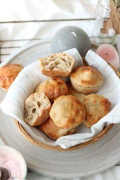 Kwarkbolletjes. Heerlijke zelfgemaakte broodjes voor het ontbijt of als snack en zo gemaakt. I Love Food, Good Food, Yummy Food, Healthy Baking, Healthy Snacks, Low Carb Recipes, Healthy Recipes, Donuts, Low Carb Breakfast