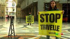 Referendum Trivelle del 17 Aprile: Climber di GREENPEACE in azione a Nap...