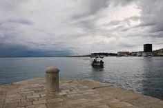 #Split, segunda maior cidade da #Croácia, Situada numa pequena península na base dos montes Kozjak e Mosor, lugar interessante na margem do Mar #Adriático
