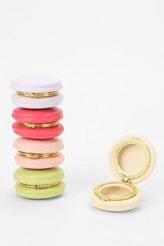 How cute are these macaron boxes - cute gift for your girlfriends!