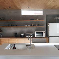 "kana on Instagram: ""ㅤㅤㅤㅤㅤㅤㅤㅤㅤㅤㅤㅤㅤ ムクリさん @mukuri_official に コラムを書かせて頂きました。 ㅤㅤㅤㅤㅤㅤㅤㅤㅤㅤㅤㅤㅤ 賃貸のころからムクリさんの投稿はよく見ていてインテリアや収納の参考にしていたので、依頼を頂いたときは感激でした。…"" Kitchen Dining, Kitchen Cabinets, Natural Interior, Interior Decorating, Interior Design, Home Reno, Kitchen Styling, Home Kitchens, Building A House"