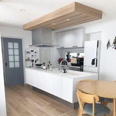 """シンプルホーム公式アカウント on Instagram: """". 周りと素材を変えた下がり天井がオシャレなこちらのキッチン😍💕 カウンターやタイルなどに真っ白なものをセレクトしているので、スッキリとして明るく見えますね😊👍 ・ こちらの素敵なお写真は @sh_home__ さんの1枚です。 @sh_home__…"""" Interior, Kitchen, Table, House, Furniture, Home Decor, Instagram, House Decorations, Cooking"""