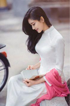 Beautiful Vietnamese Ao dai trang