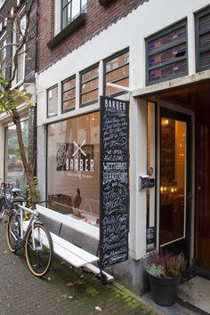 AMSTERDAM FOR MEN / 여행자를 위한 안내소 기능을 갖춘 카페. 주변 인근 지역의 관광 팜플렛 비치.