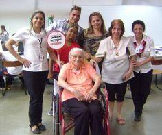 Maria Rodrigues Teixeira, de 101 anos de idade, foi ao Poupatempo São Bernardo do Campo tirar a 2ª via do RG. Ela chegou ao posto acompanhada pela filha Edna, a neta Denise e os bisnetos Renato e João. St Bernards, Senior Living, Daughter