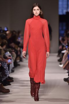 Aries Red is your power color Fashion 2017, Womens Fashion, Fashion Trends, Power Colors, Coachella, Victoria Beckham, Catwalk, Looks Great, Autumn Fashion