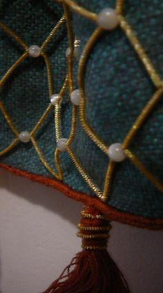 Bourse XIIIe en soie décorée d'un filet en or et perles - Reconstitutions