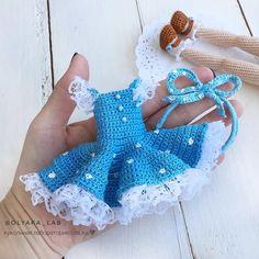 Платье голубое в горошек , с рюшками и ободок Всё как я люблю  На заднем плане ножки в туфельках  #olyaka_lab #кукольнаялабораторияоля_ка #одеждакукололяки Crochet Doll Clothes, Crochet Dolls, Crochet Motif, Knit Crochet, Crochet Patterns, Barbie Dress, Felt Toys, Sewing Toys, Charts