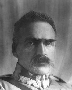 W chwili odradzania się państwa Józef Piłsudski był przekonany, że optymalnym ustrojem dla Polski jest demokracja parlamentarna.