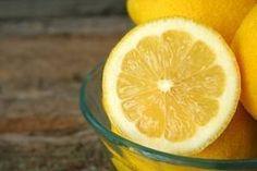 Le citron pour dépigmenter les cernes  Afin de lutter contre les cernes très pigmentées, utilisez du jus de citron. Imbibez deux cotons de quelques gouttes de jus de citron. Placez-les ensuite sous les yeux durant une dizaine de minutes. Répétez cette opération tous les soirs pour obtenir de bons résultats. Si vous souhaitez avoir une solution à la fois décolorante et hydratante, mélangez le jus du citron à un peu d'huile d'olive.