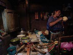 Mujer Maya Mam haciendo tortillas en una cocina tradicional de Todos Santos Cuchumatan - Guatemala - suchitoto.tours@gmail.com