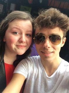 Nathan com fã (@Rebekah_TW) em Glasgow, na Escócia. #CoberturaTWBR