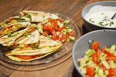 quesadillas met pittige kip 4 wraps 250 a 300 gr kipfilet 2 tomaten 1 paprika, kleur maakt niet uit halve komkommer 1 avocado geraspte kaas bosui 1 knoflookteentje 1 rode ui handjevol bieslook tl. Beignets, Mexican Food Recipes, Ethnic Recipes, Cooking Recipes, Healthy Recipes, Penne Pasta, Food Inspiration, Pitta, Tapas