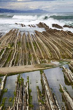 Playa de Itzurun. Flysch. Zumaia, Gipuzkoa, Euskadi Places In Europe, Places To Travel, Basque Country, Spain Travel, Wanderlust Travel, Luxury Travel, Geology, Traveling By Yourself, Beautiful Places