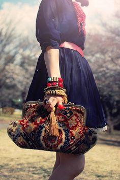 revisiter mon vieux sac en tapisserie : lui redonner un peu de couleur, lui ajouter passementeries et strass rétros, le porter avec des tenues féminines et en été !