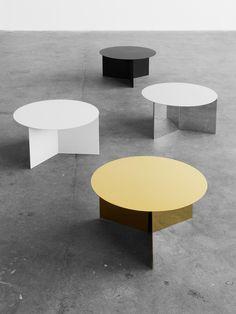 Slit Table är ett enkelt och stilrent sidobord i metall där pappers-origami har översatts till metall.