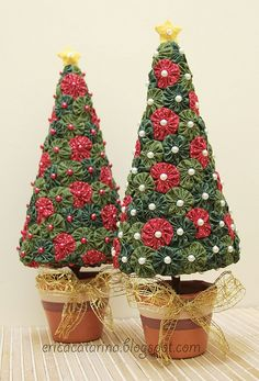Christmas Trees Made from quilt Yo-Yo's Árvore de natal de fuxicos by Ei menina! - Erica Catarina, via Flickr