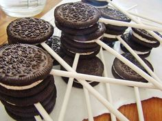 Needed to use Oreo CAKE cookies or fatter oreo cookies. The normal oreo cookies broke when I inserted the stick. Chocolate Fountain Wedding, Chocolate Fountain Recipes, Chocolate Fountains, Oreo Pops, Chocolate Dipped Oreos, Chocolate Desserts, White Chocolate, Chocolate Cake, Oreos On A Stick